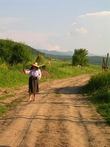 5-VillageWoman-byLuminitaCunasat.JPG
